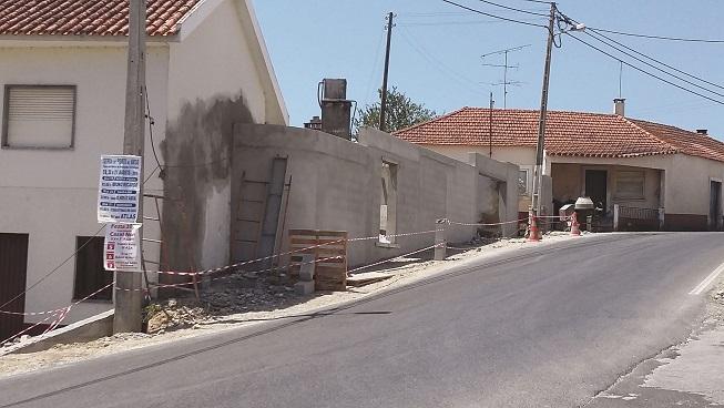 Construção de passeio no Largo Padre Margalhau (Foto: Sílvia Góis)